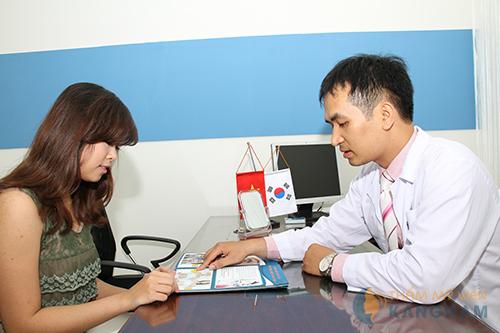 Bác sĩ tư vấn cho khách hàng chế độ chăm sóc sau hút mỡ