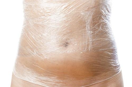 Ảo tưởng quấn ni lông sẽ giúp giảm mỡ bụng