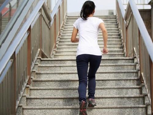Giảm mỡ mông hiệu quả bằng cách leo cầu thang